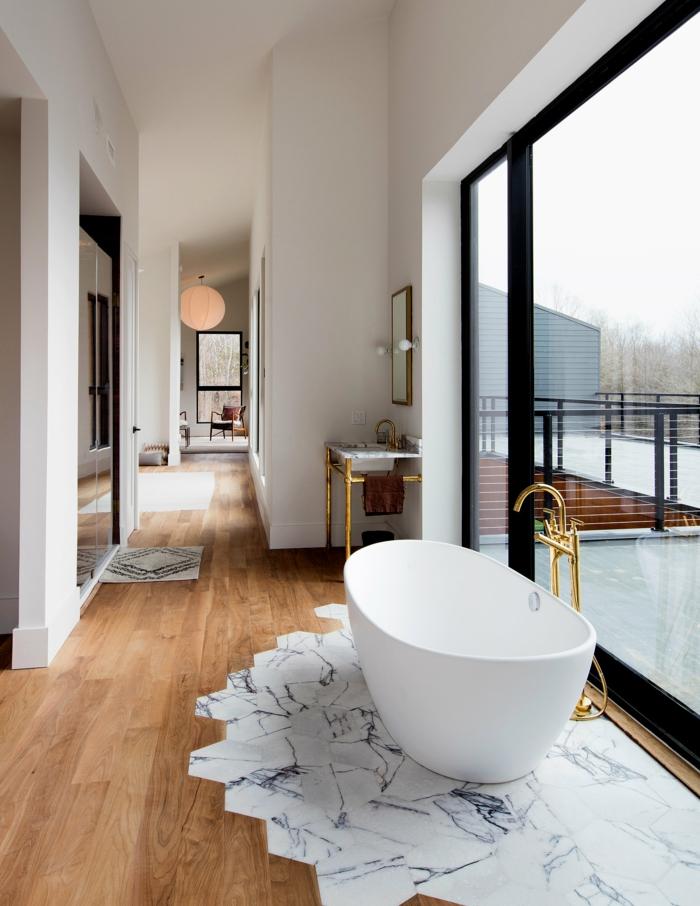salle de bains moderne avec un mélange parquet carrelage hexagonal