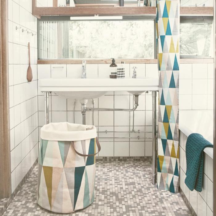 très joli panier à linge pour la salle de bains, combiné avec les rideaux