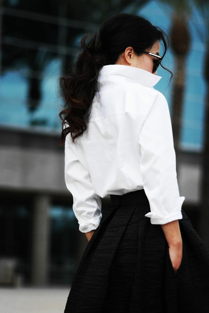 une longue jupe et chemise blanche femme