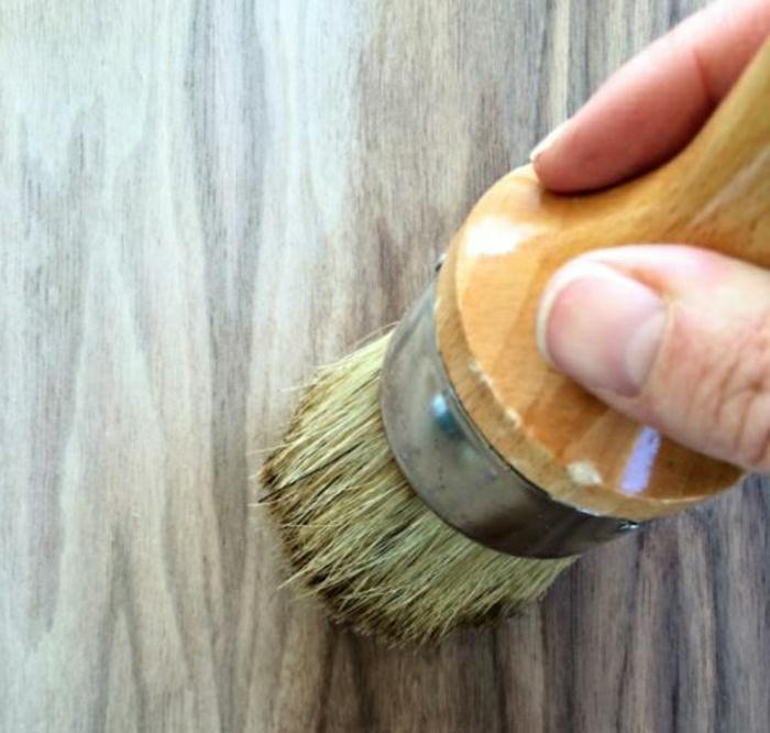 appliquer une couche de cire sur bois