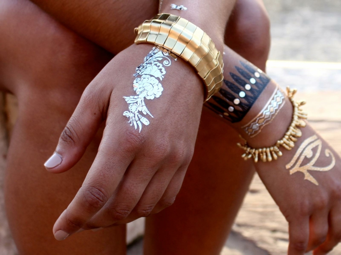 bijoux et tatouage éphémère sur les mains