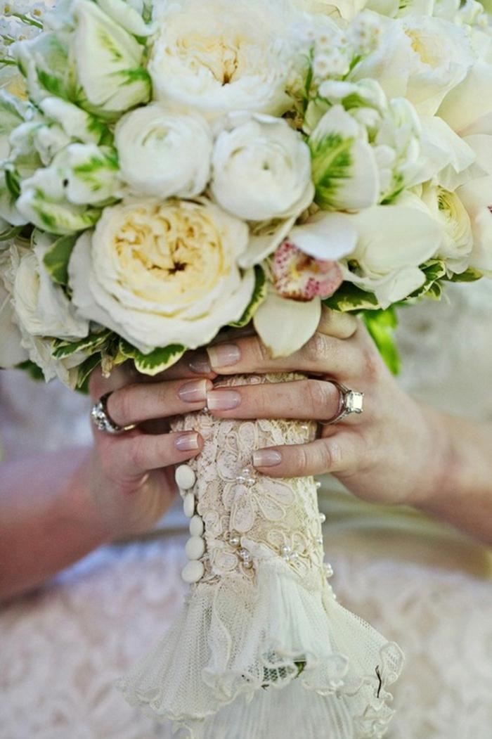 bouquet mariée avec dentelle, une décoration tendance