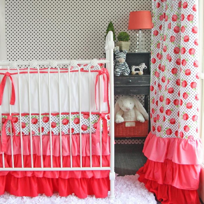 chambre bébé déco rouge