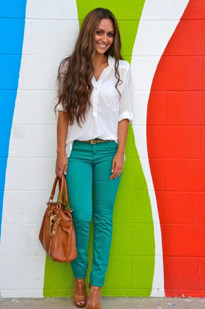 chemise blanche femme et jean coloré