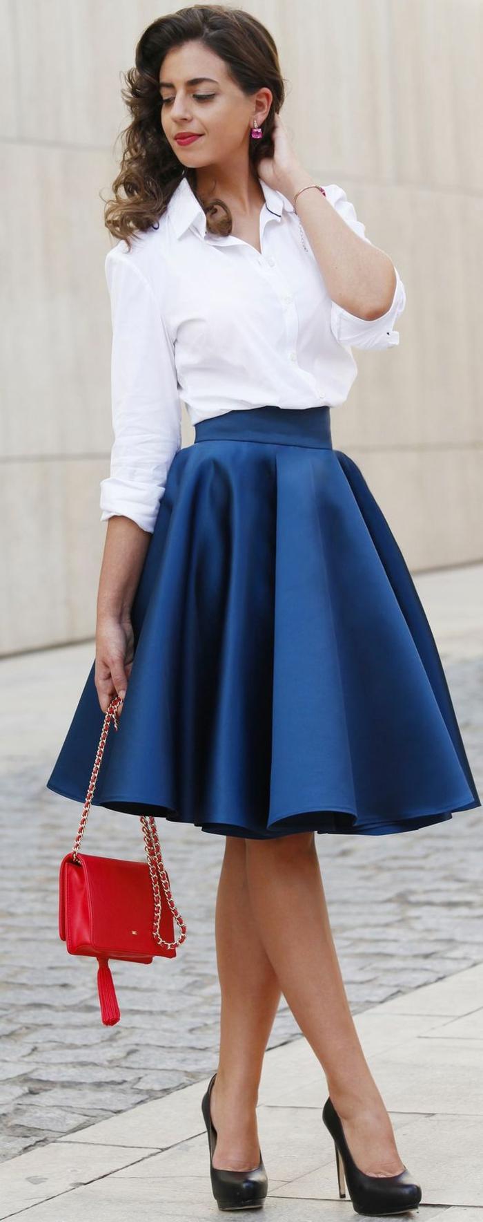 chemise blanche femme et jupe bleue