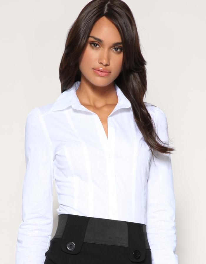 chemise blanche femme et jupe noire