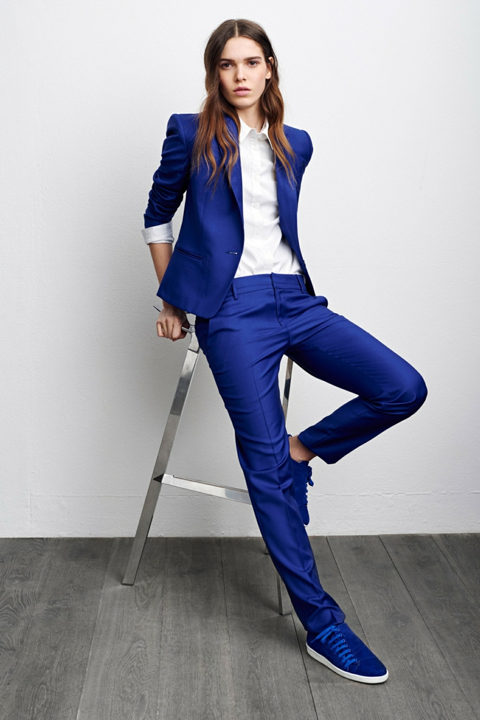 costume en bleu et chemise blanche femme