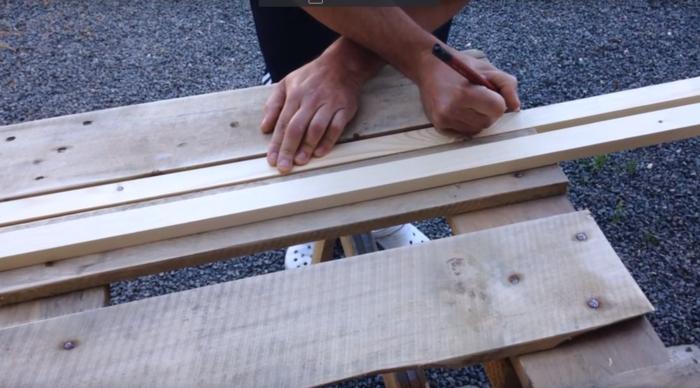 couper des planches table basse palette