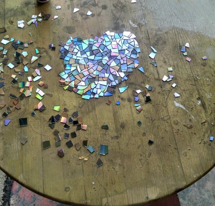 table de jardin ronde avec une d co en mosa que d 39 anciens dvd. Black Bedroom Furniture Sets. Home Design Ideas