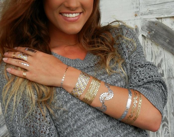 femme avec tatouage éphémère moderne