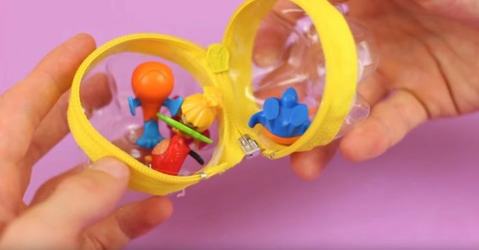 garder les jouets dans une bouteille plastique