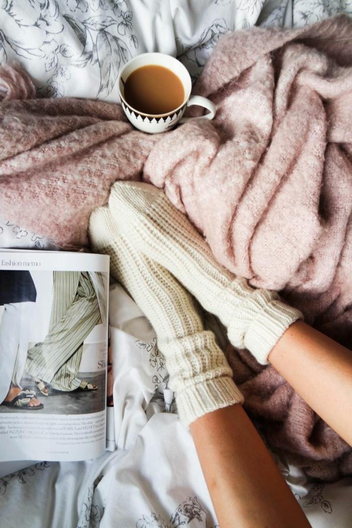 hygge livre café et chaussettes