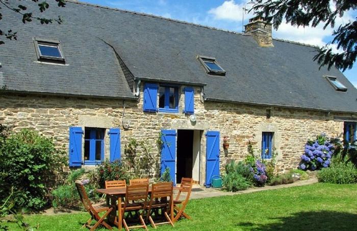 longère bretonne avec des volets peints en bleu