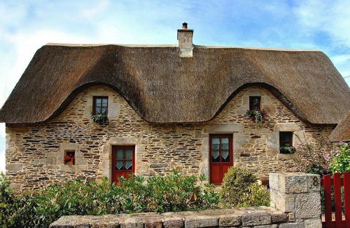 maison bretonne chaume et pierres