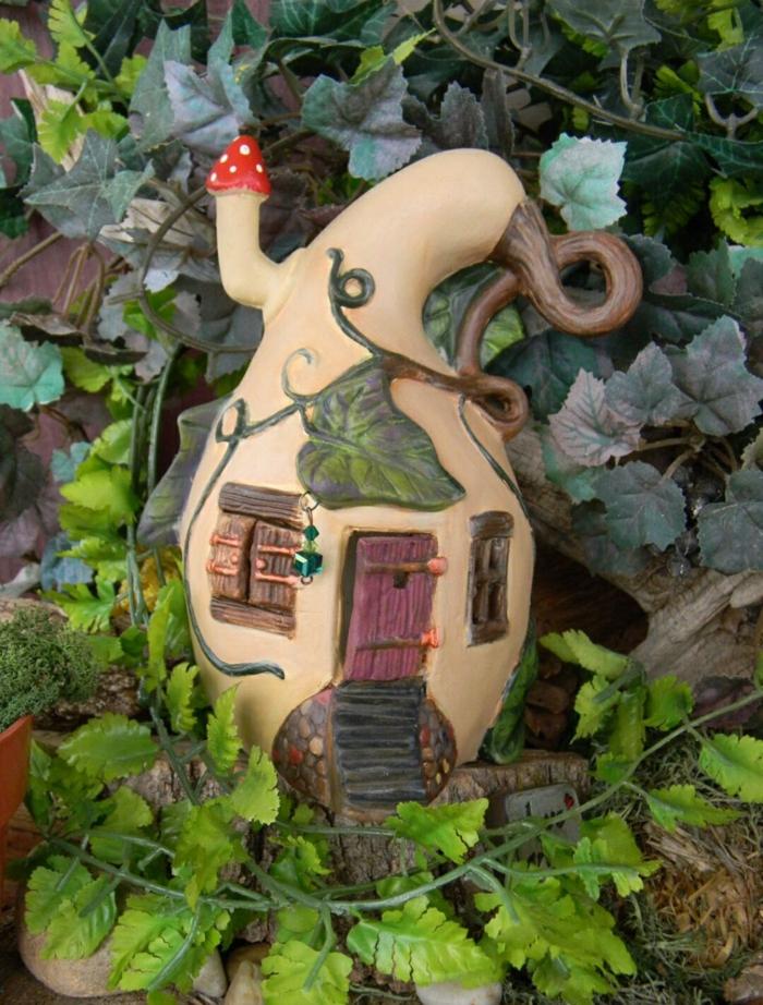 maison de fée avec une calebasse séchée