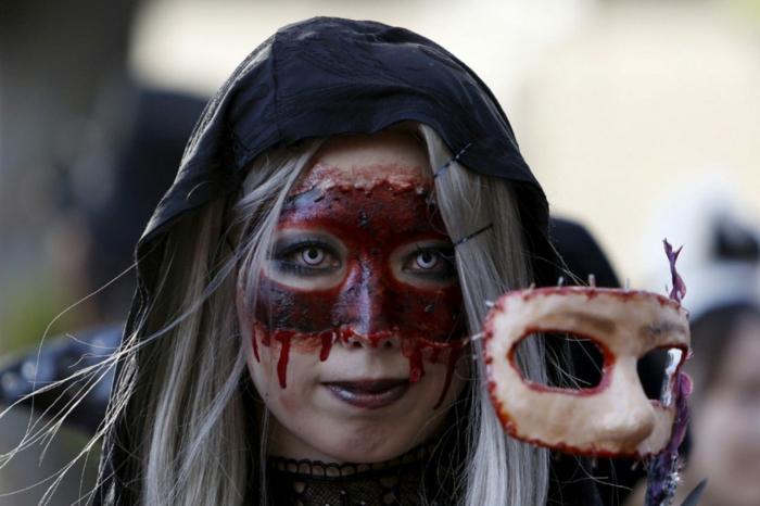 maquillage halloween femme avec un masque