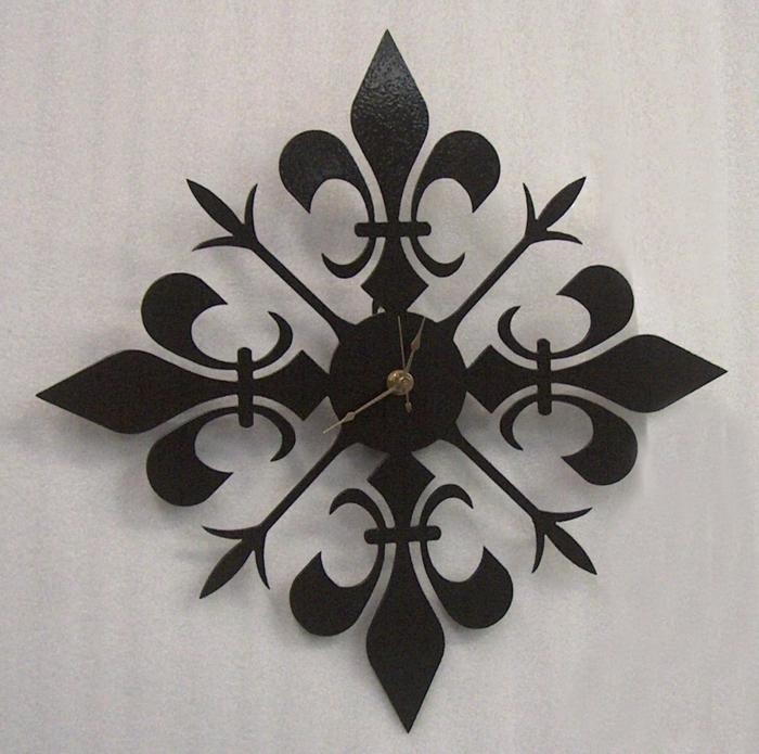 montre motif fleur de lys