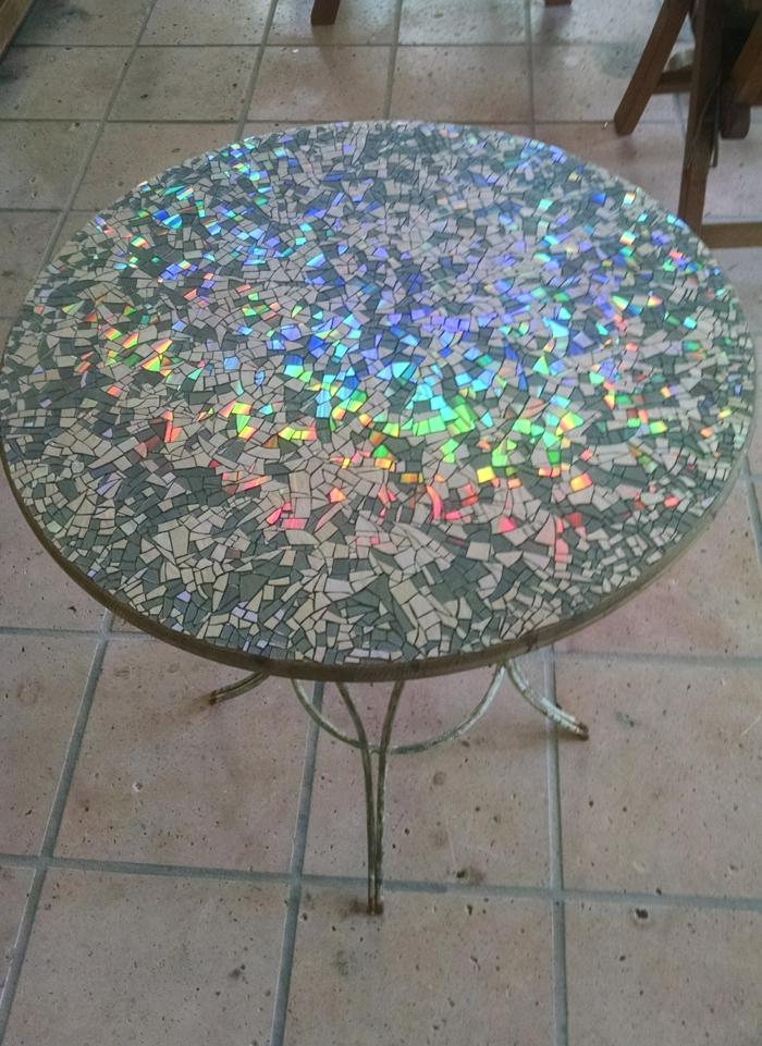 table décorée de mosaïque