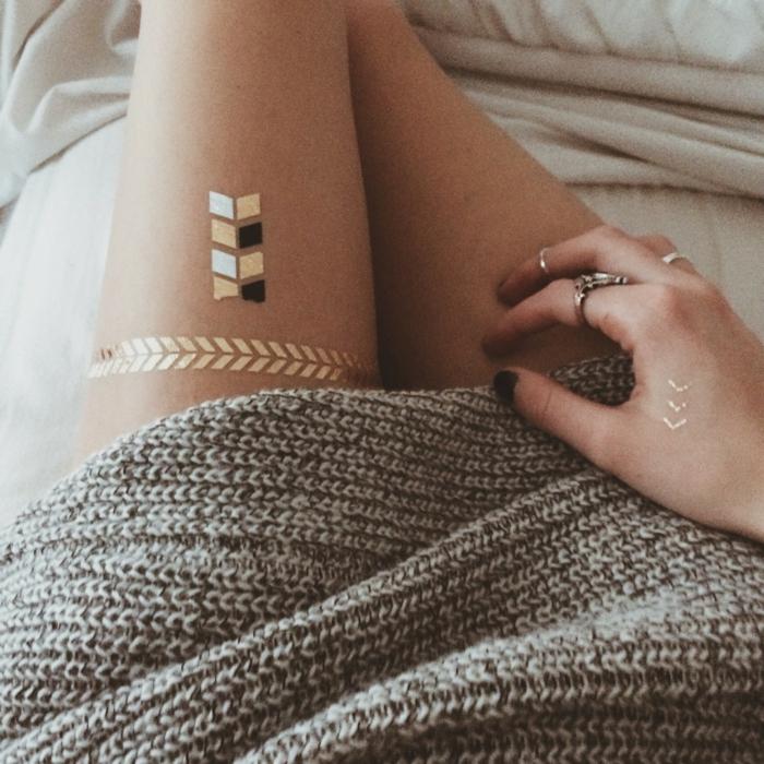 tatouage éphémère doré, avec blanc et noir