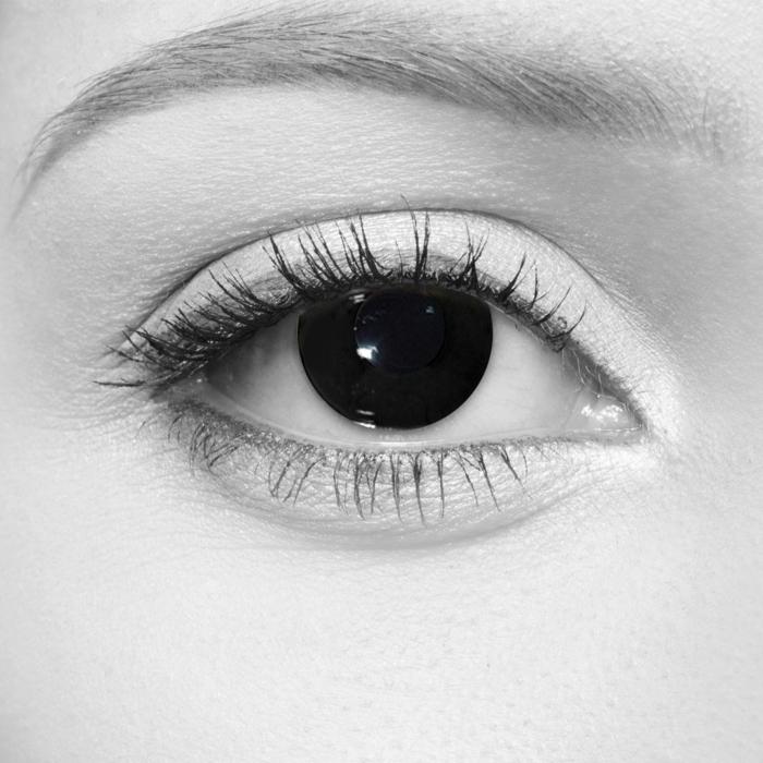 yeux noirs maquillage halloween femme