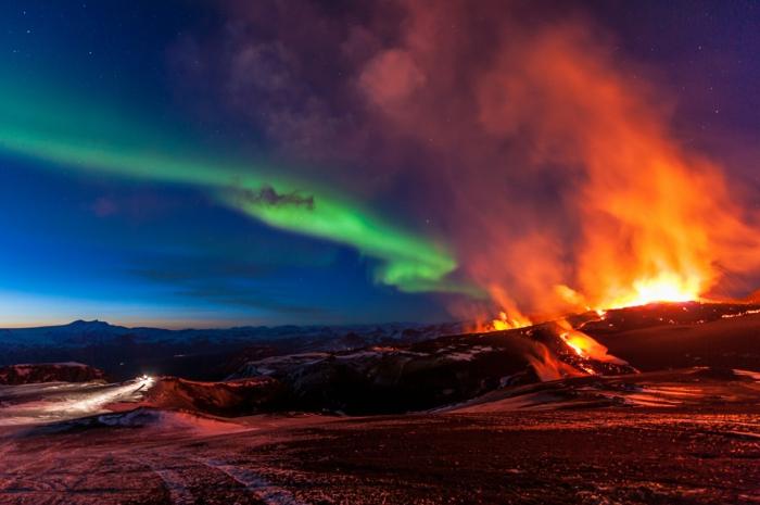 aurora boréales et un volcan- voyager en islande