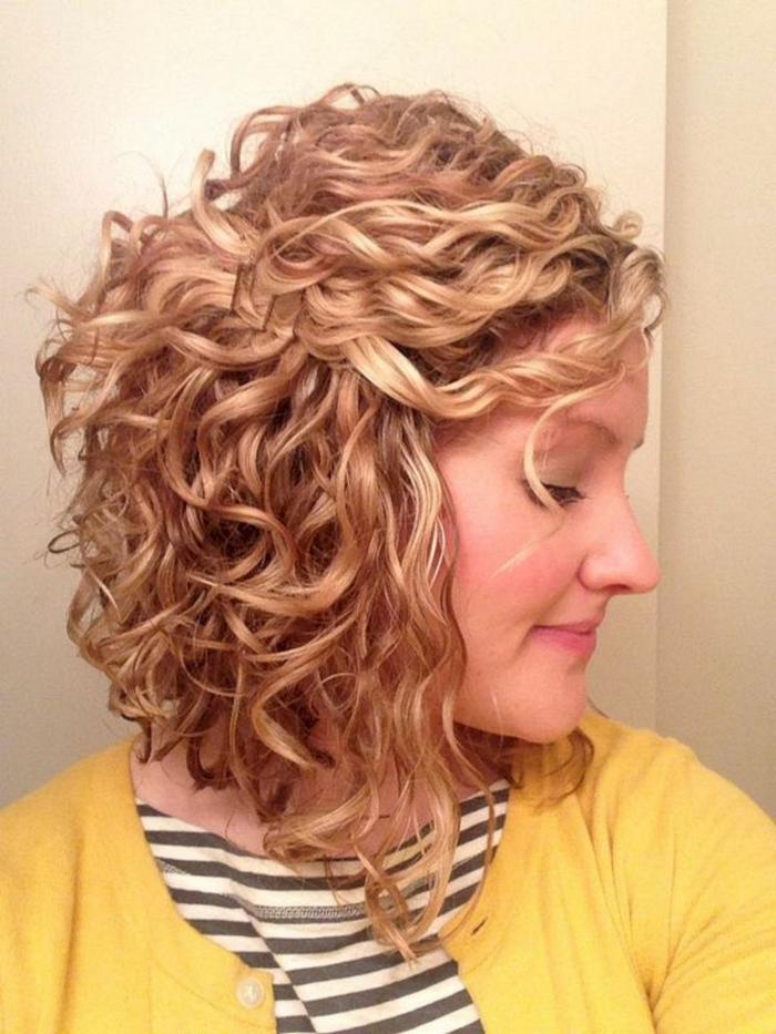 carré plongeant cheveux frisés