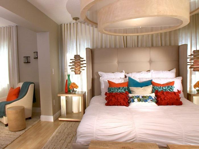 chambre en beige avec des accents en couleurs vives