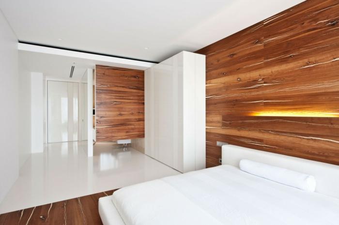 chambre en blanc et bois avec parquet stratifié sur le mur