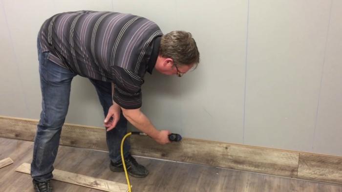 comment poser parquet stratifié sur le mur