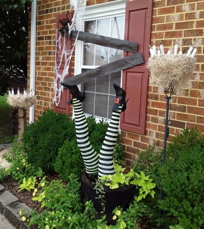 déco de jardin halloween pieds de sorcière