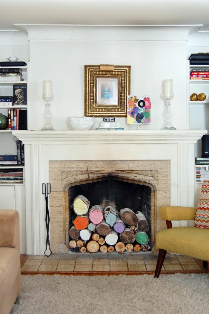 fausse cheminée avec des rondins décorés