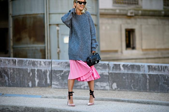 jupe plissée rose et pull oversize