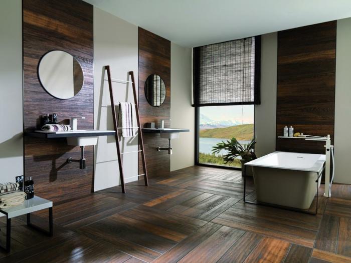 salle de bains avec mur au parquet stratifié