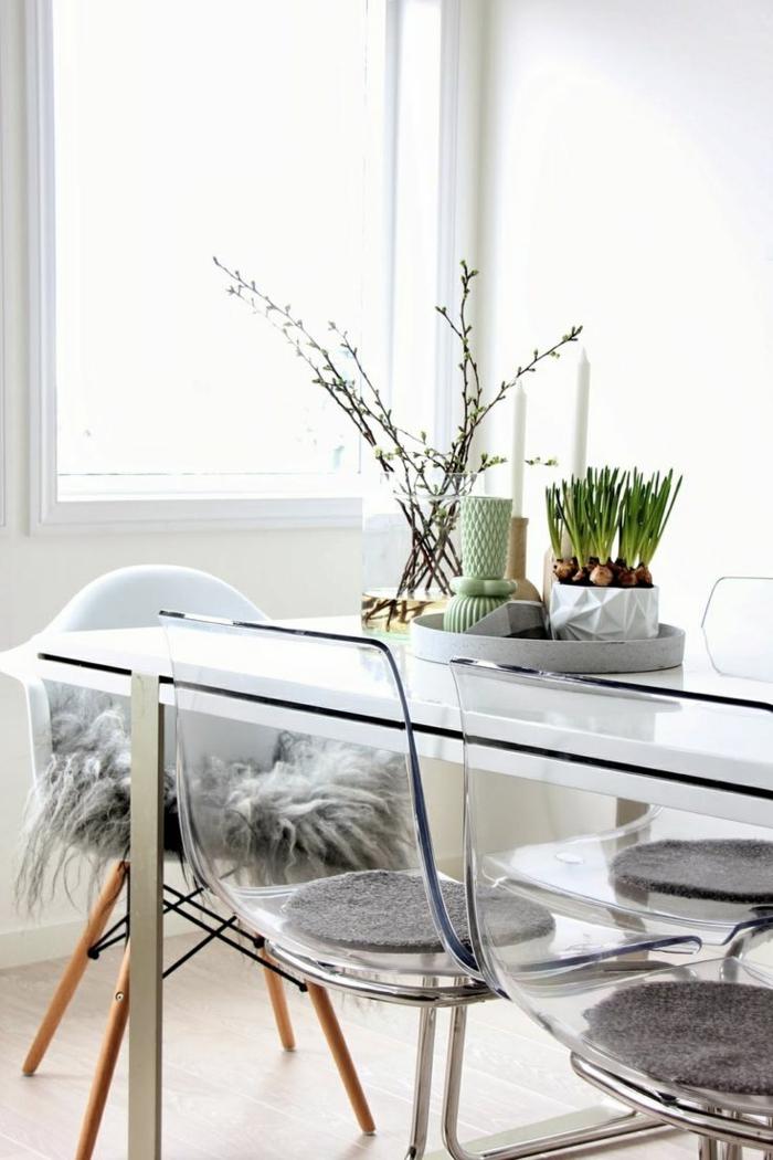 une chaise transparente- couleur pour agrandir une pièce