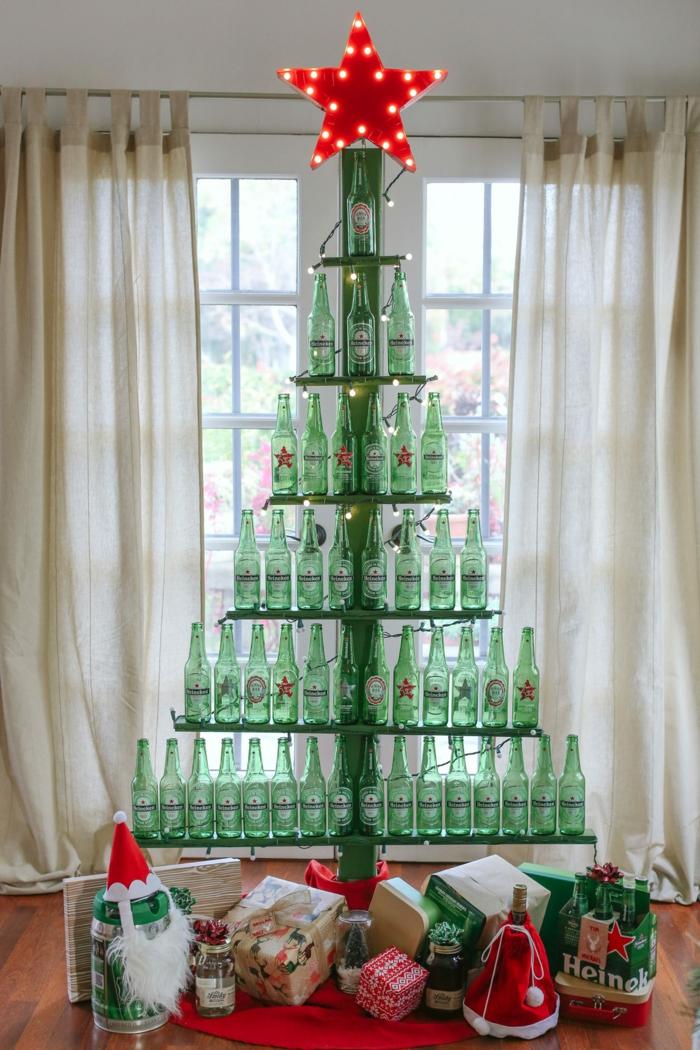 arbre de noël réalisé à partir de bouteilles de bière vides