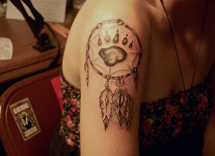 attrape-rêve patte tatouage épaule femme