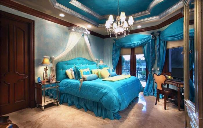 chambre bleu canard avec un lit de princesse