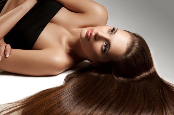cheveux lisses grâce à un lisseur vapeur
