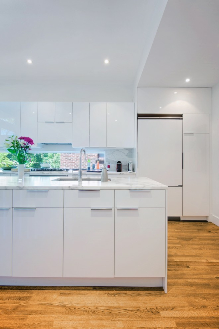 cuisine ikea blanche bois finitions brillantes