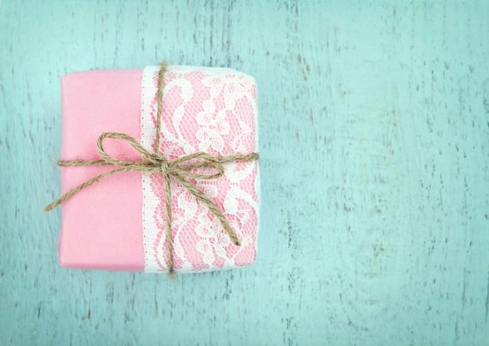 dentelle pour emballer un cadeau