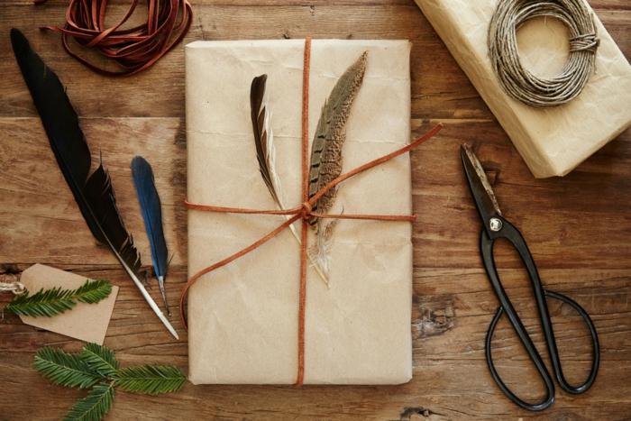 emballer un cadeau plumes