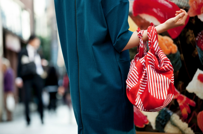 femme avec un sac furoshiki