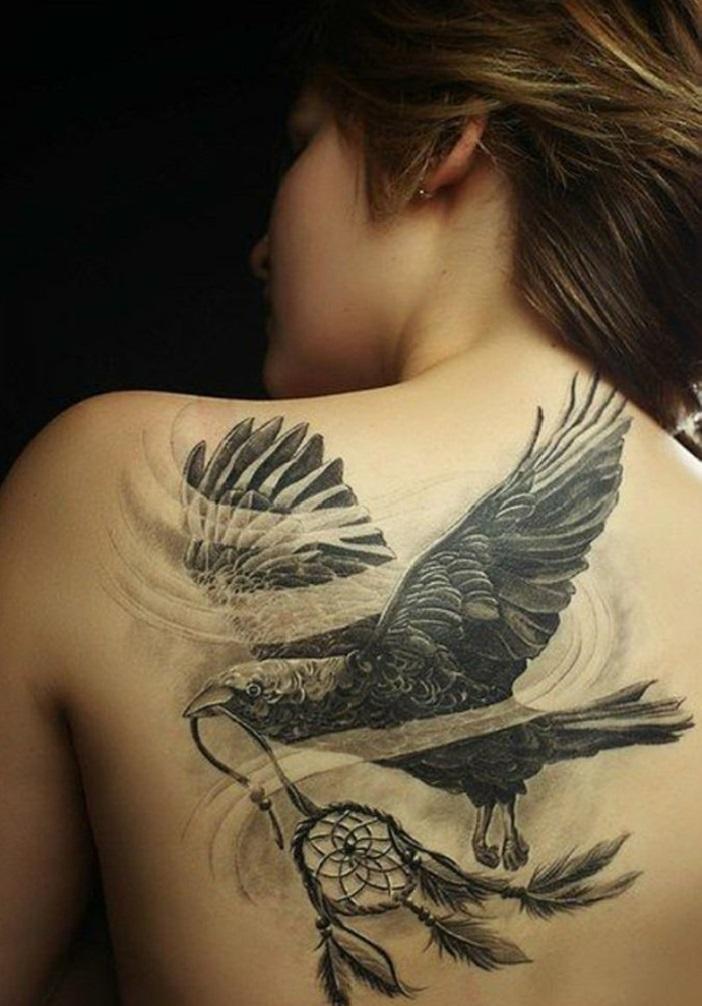 femme tatouage attrape-rêve aigle