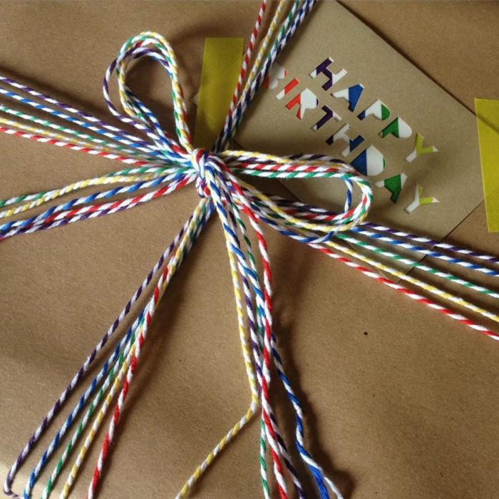 fils de coton pour emballer un cadeau
