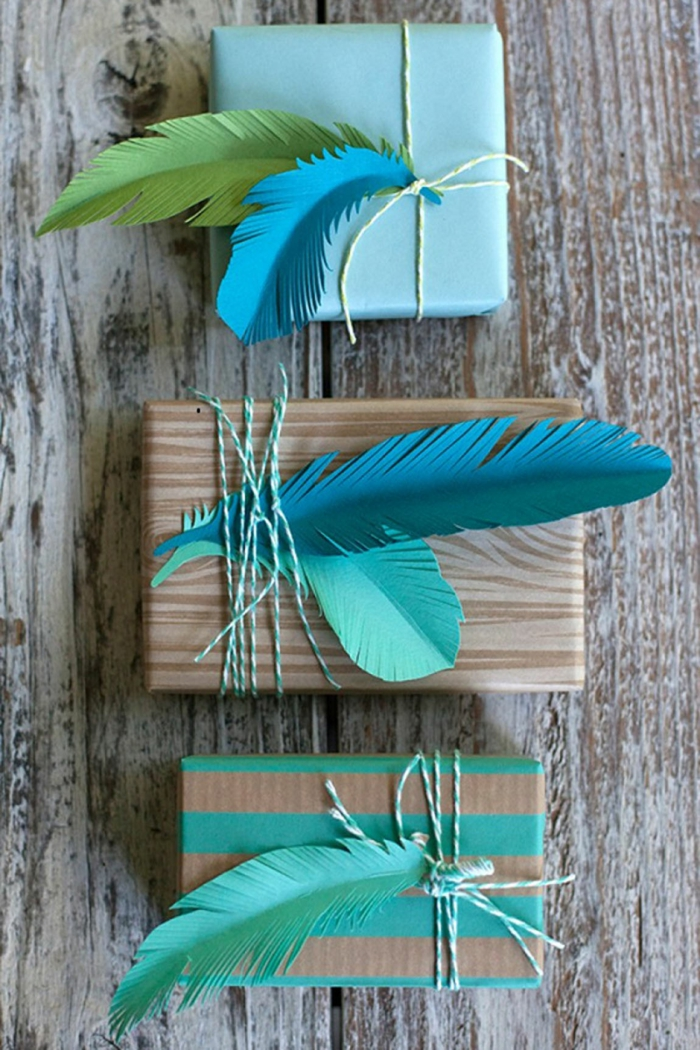idée avec plumes pour emballer un cadeau