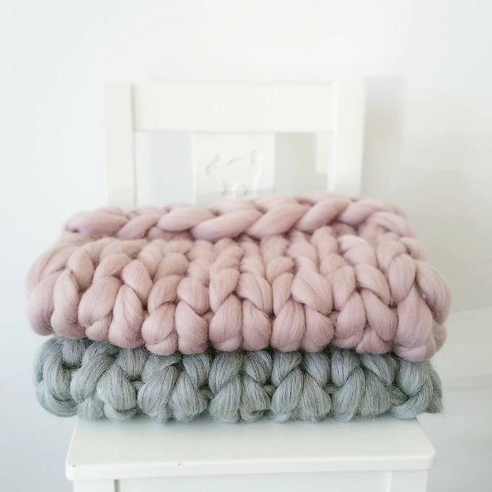Le arm knitting la tendance de tricoter avec ses bras - Tricot avec les bras couverture ...
