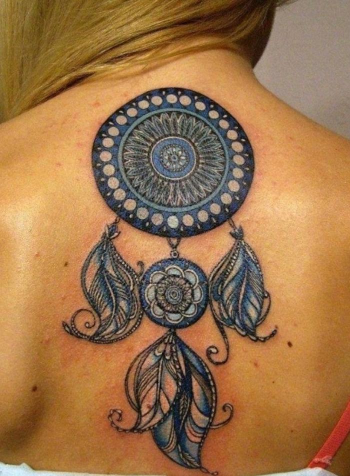 magnifique tatouage dos femme attrape-rêve