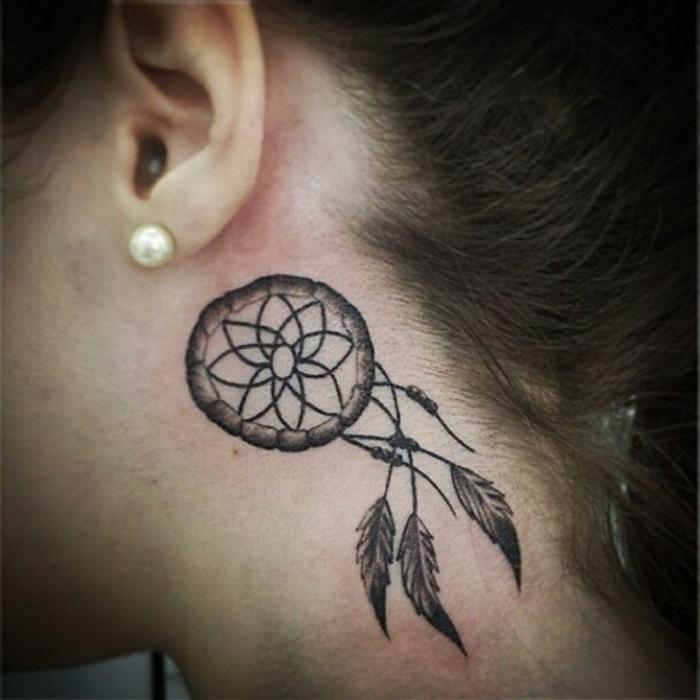 petit tatouage attrape-rêve derrière oreille