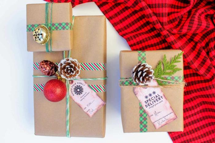 pomme de pin pour emballer un cadeau
