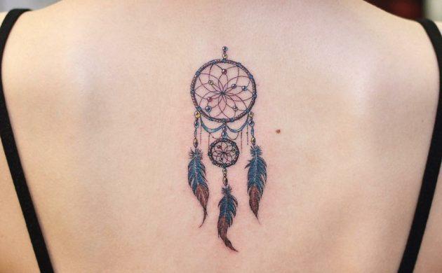 tatouage attrape-rêve coloré